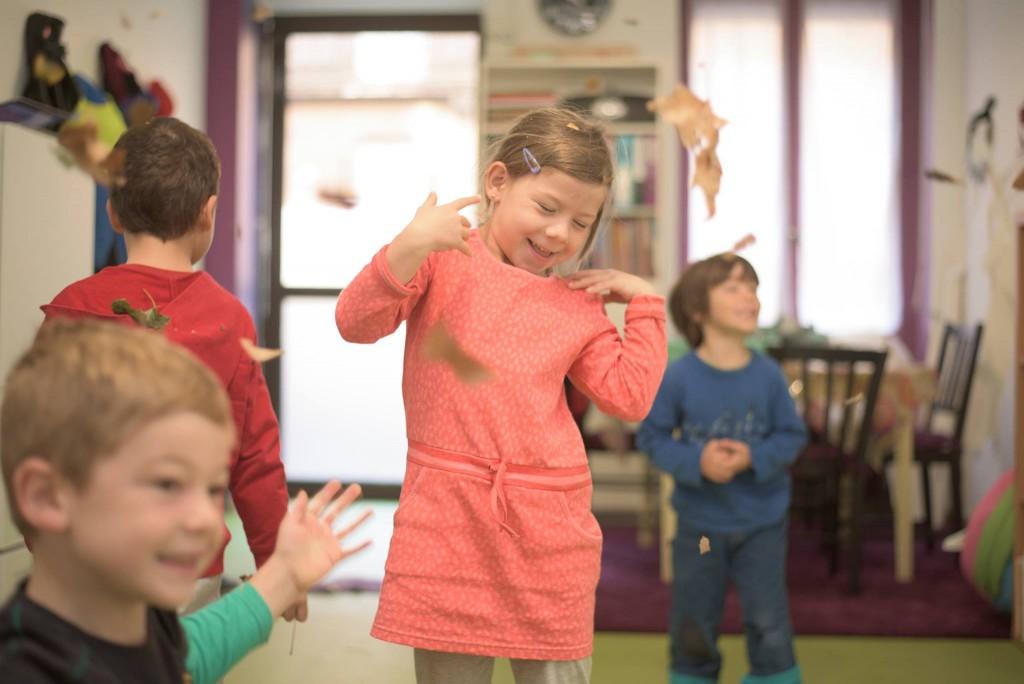 Enfant dansant dans les feuilles d'automne : cours d'anglais à Toulouse chez Kid n' Play