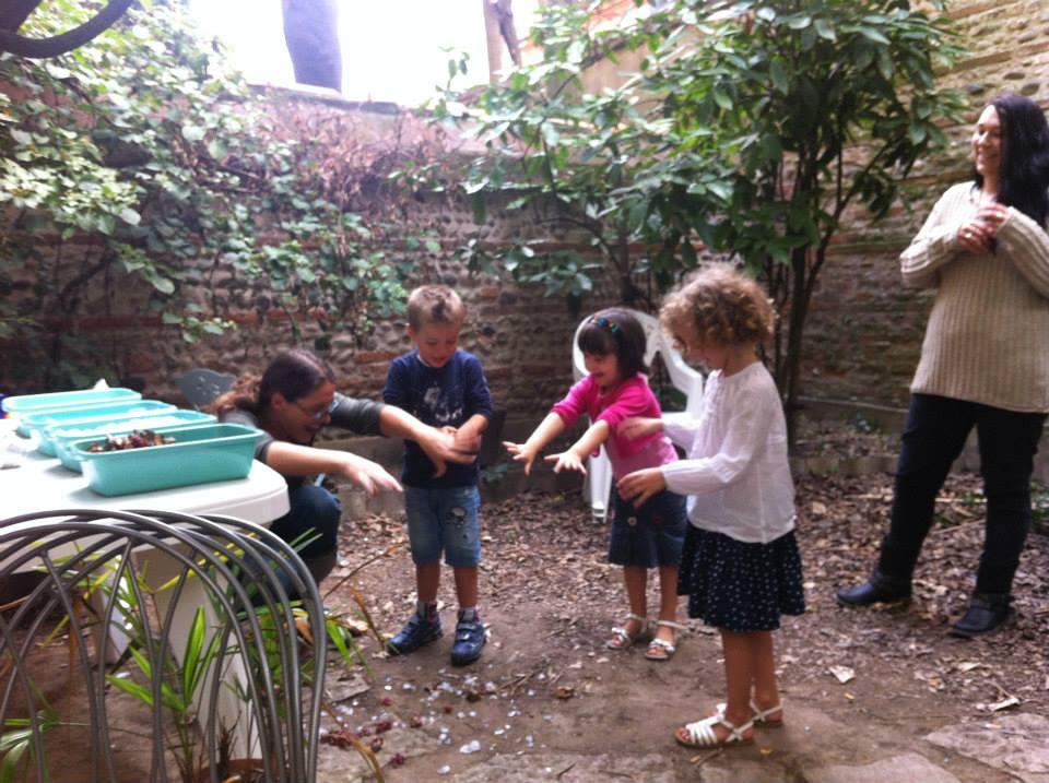 Dans le jardin de l'école les enfants pratiquent l'anglais avec Claire
