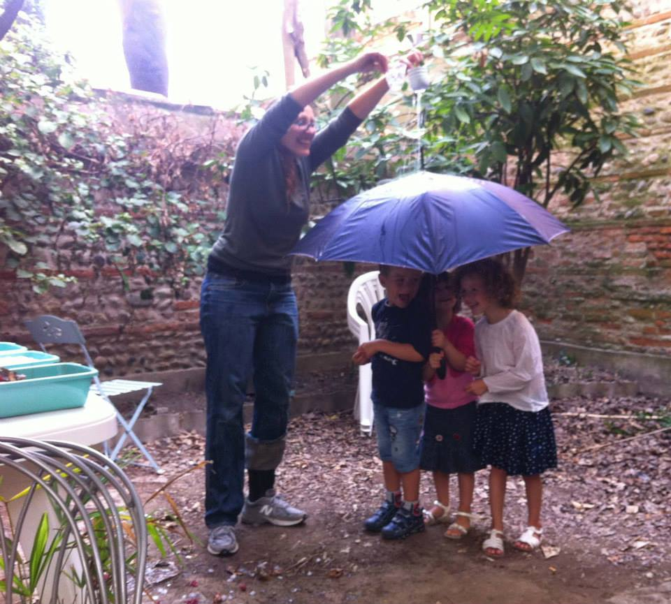 Claire apprend l'anglais aux enfants. Le thème est la météo.