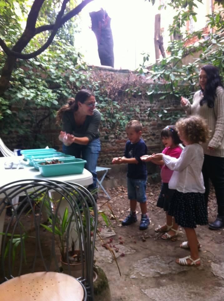 Encore des jeux et activités faits dehors en anglais pour que les enfants passent un bon moment.